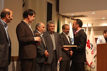 دریافت تندیس کارآفرین برتر توسط مدیریت روابط عمومی گروه صنعتی و پژوهشی زر